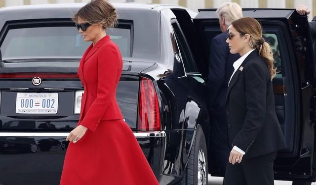 Nữ mật vụ có ngoại hình giống bà Melania xuất hiện bên cạnh Đệ nhất phu nhân Mỹ. (Ảnh: BI)
