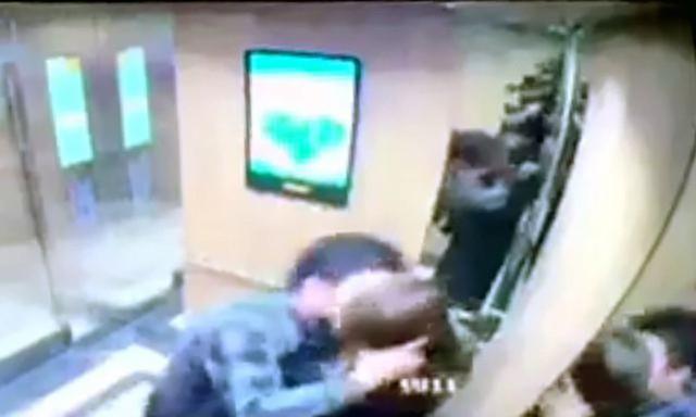 Người đàn ông có hành vi sàm sỡ chị V trong thang máy (ảnh chụp từ clip camera an ninh thang máy)