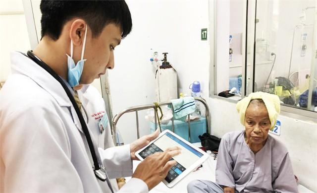 Bác sĩ Bệnh viện quận Thủ Đức (TP HCM) dùng máy tính bảng để lưu hồ sơ bệnh án. Ảnh: SYT
