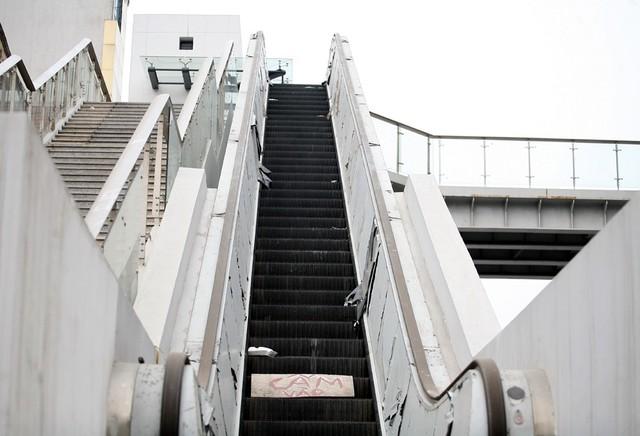 Tại nhiều nhà ga, phía đơn vị thi công cũng đã tiến hành đặt nhiều biển cấm tại các vị trí thang máy và thang bộ.