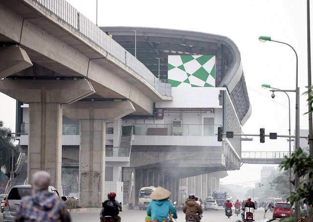 Hình ảnh ga cuối đoạn đối diện bến xe Yên Nghĩa. Trong một diễn biến khác, chiều 11/3 Giám đốc Sở Giao thông Vận tải (GTVT) Hà Nội Vũ Văn Viện đã trả lời báo chí về việc hạn chế, tiến tới cấm xe máy khu vực nội thành vào năm 2030. Theo đó, hai tuyến đường Nguyễn Trãi hoặc Lê Văn Lương được chọn để thí điểm cấm xe máy. Tuyến đường Nguyễn Trãi là nơi có đường sắt Cát Linh - Hà Đông chạy qua, còn tuyến đường Lê Văn Lương có buýt BRT từ Yên Nghĩa - Kim Mã. Đây được xem là động thái để hạn chế phương tiện xe máy chống ùn tắc giao thông.