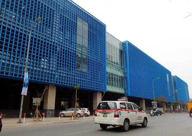Điểm đầu của tuyến đường sắt là nhà ga tại ngã tư Cát Linh. Tại đây, công trình cũng gần như hoàn thiện, riêng phần trang trí, dọn dẹp đang được các công nhân gấp rút triển khai.