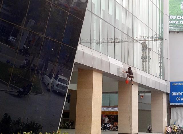 Chiều ngày 12/3 rất nhiều công nhân đang tiến hành dọn dẹp, sơn sửa hoặc làm sạch bề mặt nhà ga Cát Linh với mục đích chuẩn bị đưa dự án vào khai thác.