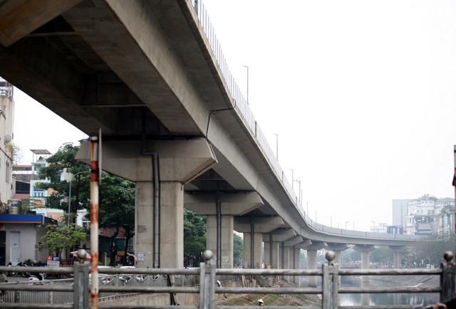 Khu vực đường sắt chạy qua sông Tô Lịch đoạn Ngã Tư Sở.