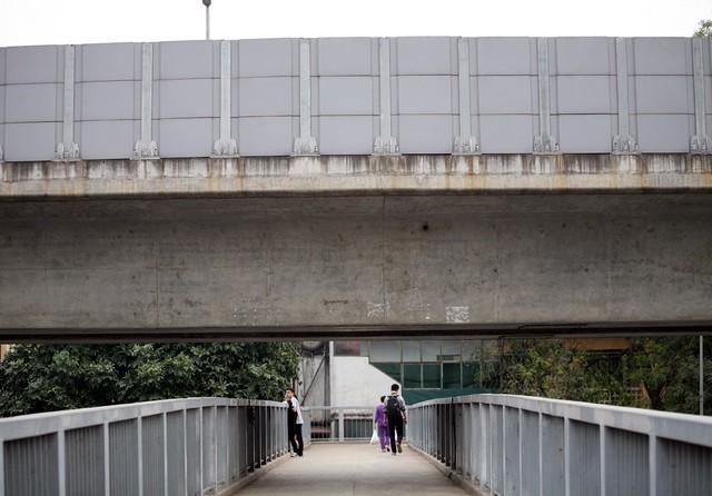 Một trong nhiều cây cầu đường bộ nằm dưới đường sắt trên cao. UBND TP Hà Nội cũng chỉ đạo Sở GTVT phối hợp với Sở Tài chính, Cục Thuế TP Hà Nội hướng dẫn Công ty TNHH MTV Đường sắt Hà Nội thực hiện mức giá vé theo đúng đối tượng.