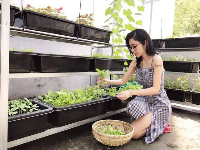 Đặc biệt, Elly Trần sắp xếp khéo léo tạo các kệ trồng rau theo tầng để đặt được nhiều chậu nhất có thể. Khoảng giữa vẫn còn diện tích để các con vui đùa khi mẹ chăm sóc rau.