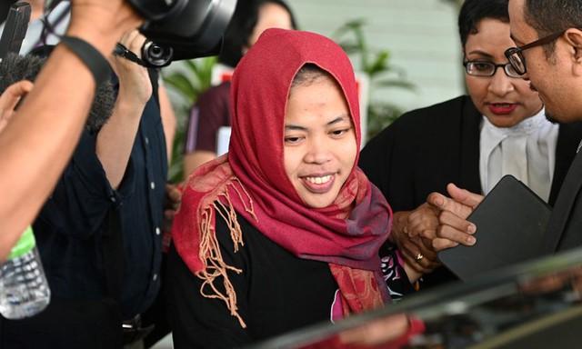 Siti Aisyah phấn khởi rời tòa án bang Selangor sáng 11/3 sau khi được tòa án chấp nhận trả tự do.