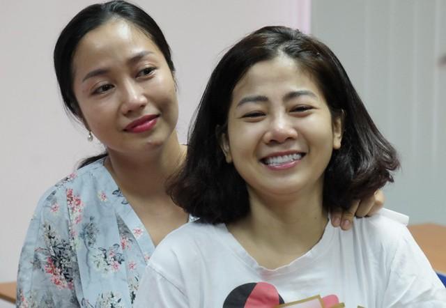 Tháng 8/2018, diễn viên Mai Phương (phải) phát hiện căn bệnh ung thư phổi. Bệnh ở giai đoạn muộn, di căn vào xương nên sức khỏe của cô suy yếu nhanh chóng. Sau thời gian điều trị tại bệnh viện Quân y 175, TP HCM, nữ diễn viên Những thiên thần áo trắng được bác sĩ cho về nhà điều trị ngoại trú và phải thường xuyên theo dõi.