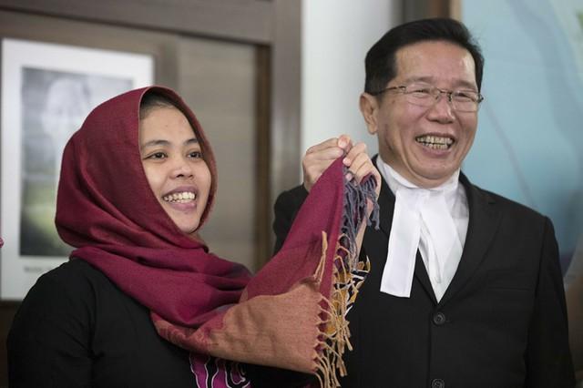 Siti Aisyah và luật sư vui mừng trước phán quyết trả tự do của tòa án Shah Alam.