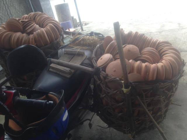 Nôi đất được vận chuyển từ làng nồi đất Trù Sơn, huyện Đô Lương (Nghệ An) lên để nấu loại cá còm đặc sản này. Ảnh: Cảnh Thắng