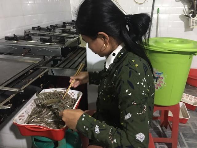 Sau khi rửa sạch, để ráo nước, cá còm được rán thành từng mẻ nhỏ. Ảnh: Cảnh Thắng