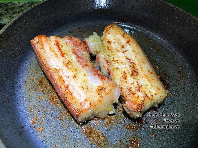 Thịt chín vàng đều cho ra đĩa, lấy giấy thấm dầu thấm đều xung quanh cho bớt mỡ. Sau đó thái miếng vừa ăn, xếp ra đĩa. Lấy sả, tỏi, ớt đã phi thơm ở trên rắc lên trên ăn cùng thịt chiên.
