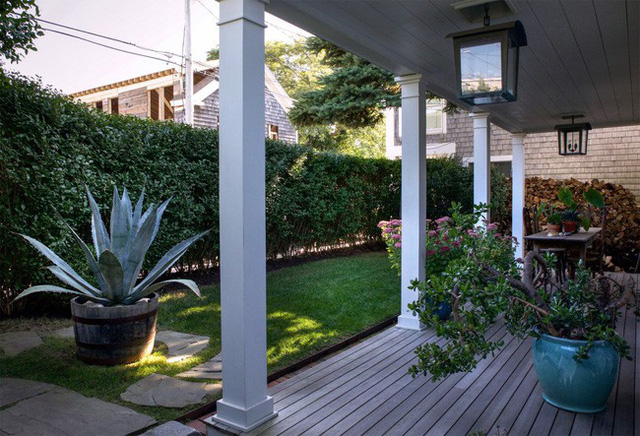 Phía trước nhà là khoảng không gian đẹp mê mẩn với bãi cỏ xanh mượt, hàng rào bằng cây xanh như níu giữ hồn cốt của tự nhiên.