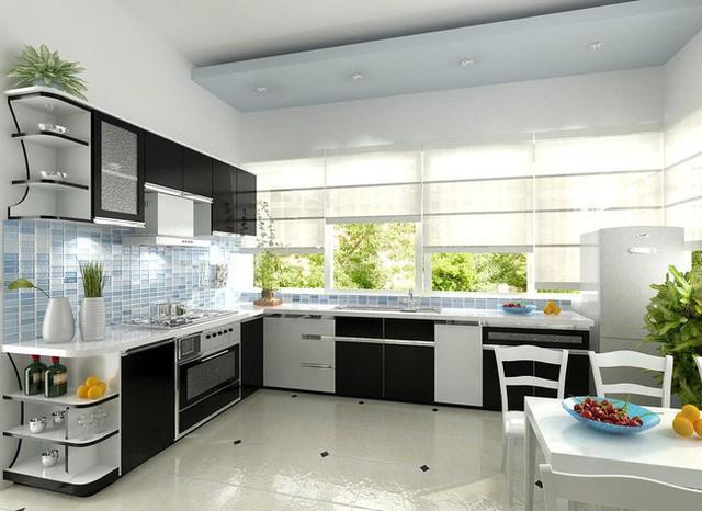Phòng bếp thoáng đãng được lấy sáng tự nhiên từ hệ cửa sổ.