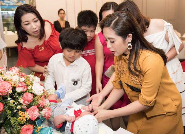 Cậu anh Cà Phê 10 tuổi đã biết giúp mẹ chăm sóc, chơi đùa với em trai. Trong ngày đầy tháng con thứ hai, Thanh Thúy khiến bạn bè xúc động khi chia sẻ video ghi lại hành trình từ khi cô mang thai đến lúc sinh bé Tết.
