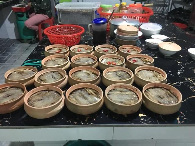 Ướp xong gia vị, cá còm được đưa lên bếp để đun cho đến khi cạn nước. Cá phải đun đến tận 3 lần nước. Ảnh: Cảnh Thắng