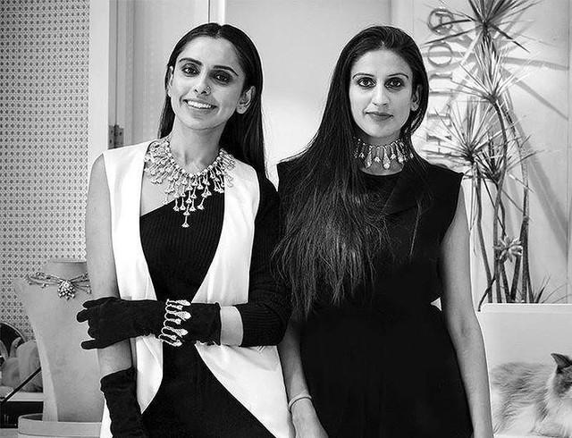 Kaabia Grewal (phải) cùng em gái Sasha Grewal là đồng sáng lập thương hiệu trang sức xa xỉ The Outhouse.