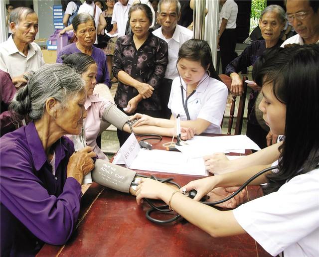 Phối hợp chăm sóc sức khỏe người cao tuổi tại cơ sở y tế và dựa vào cộng đồng. Ảnh: TTX