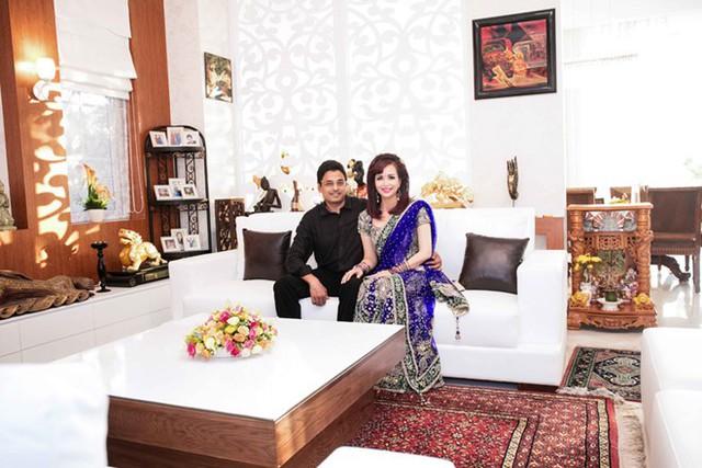 Phòng khách như trong cung điện được bày trí theo phong cách của người Ấn Độ.
