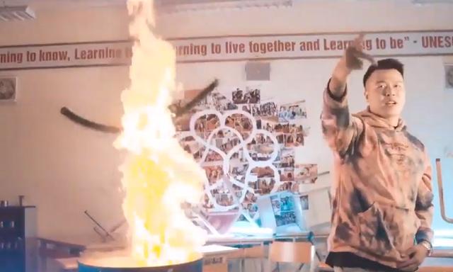 Cảnh khói lửa trong MV của nhóm nhạc ở trường Amsterdam. Ảnh chụp màn hình
