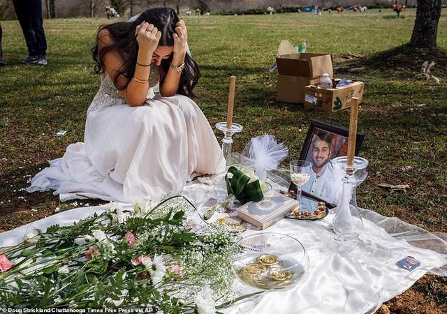 Cô gái mặc váy gục khóc bên mộ bạn trai.