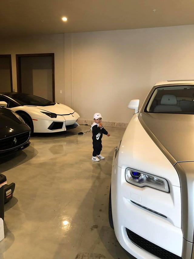 Thủy Tiên đăng ảnh con trai trong garage nhà riêng