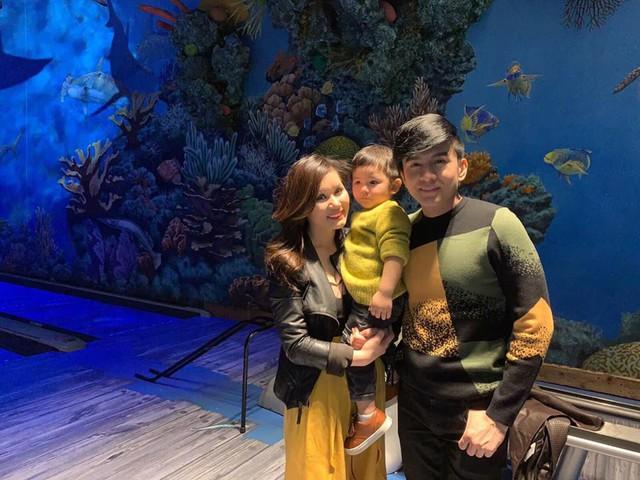 Bé Thiên Từ bên cạnh ba mẹ