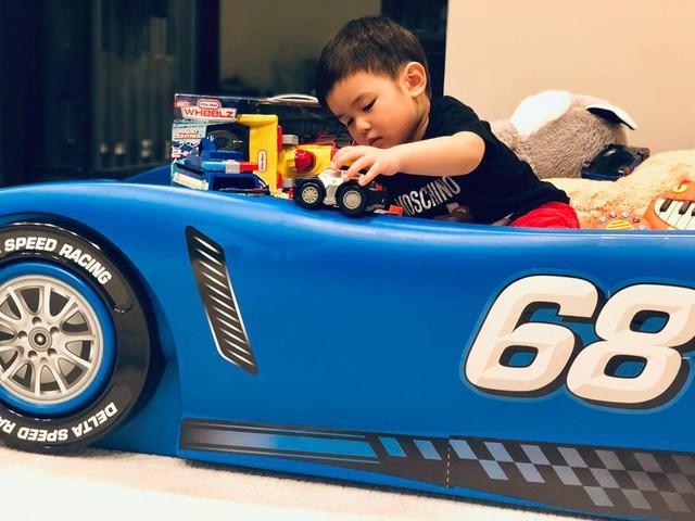 Bé rất thích chơi ô tô, từ mô hình trò chơi đến xế sang ngoài đời thật