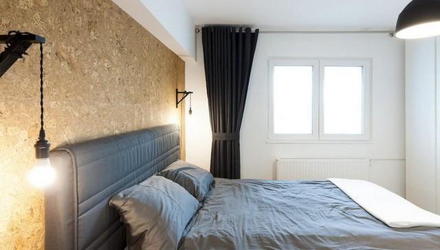 Phòng ngủ được tách biệt với các khu vực chức năng khác. Tường màu gỗ ép giúp không gian trang trí màu trung tính thêm ấm cúng và hiện đại.