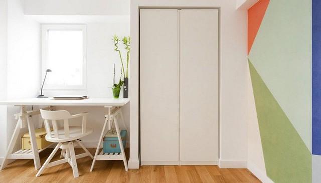 Không gian làm việc tạo sựu tiện lợi với tủ cao sát tường, bàn làm việc đồng màu với tủ được đặt ở nơi có nhiều ánh sáng. Căn phòng đẹp tinh tế và hút ánh nhìn nhờ điểm nhấn sắc màu trên tường.