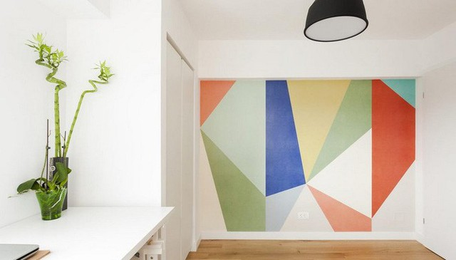 Những hình khối, đường nét của sắc màu trên tường tạo độ sâu cho không gian. Thêm vào đó là điểm nhấn dịu dàng, thân thuộc từ tre trúc để căn phòng thêm sinh động.