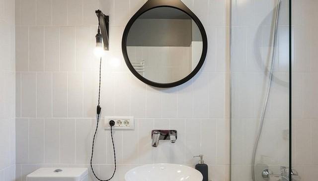 Phòng tắm được chọn những nội thất cơ bản, những khu vực cần thiết với màu đơn sắc. Sự kết hợp của đường nét màu đen với màu nền trắng xám giúp không gian thư giãn đẹp hiện đại, gọn xinh.