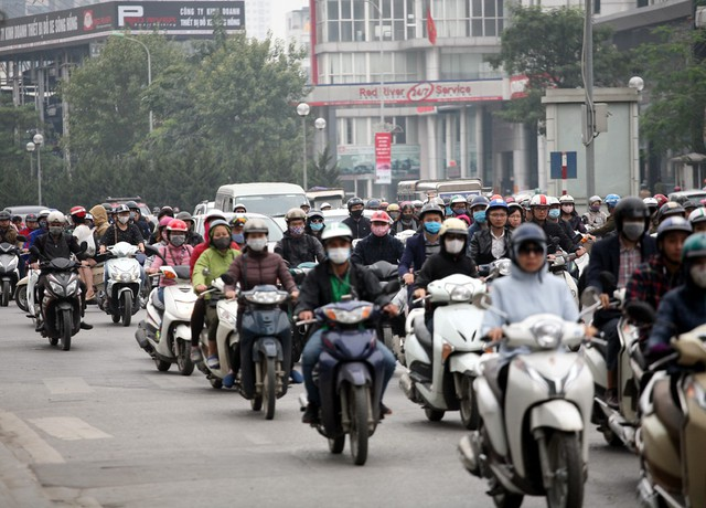 Tại nút giao Lê Văn Lương - Nguyễn Tuân - Hoàng Minh Giám đông đúc lúc 8h25.