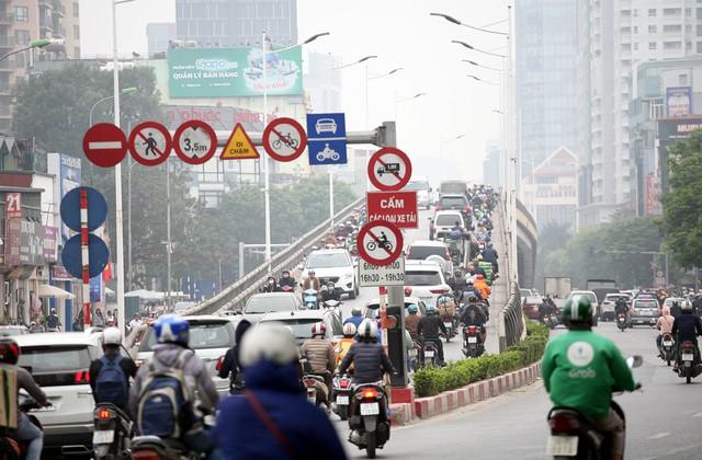 Trên khu vực cầu vượt Lê Văn Lương - Láng dù có biển cấm xe máy theo khung giờ cao điểm sáng và chiều nhưng lượng lớn phương tiện xe máy vẫn không tuân thủ.