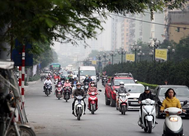 Trên đường Lê Văn Lương gần khu vực cầu vượt đường Láng có phần thông thoáng hơn lúc 8h30 phút.