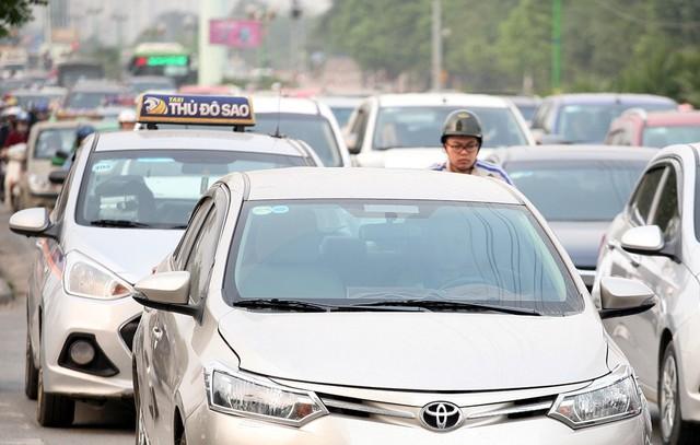 Tại nút giao Tố Hữu - Mỗ Lao đến điểm quay đầu tại điểm BRT Trung Văn ngày nào cũng xảy ra ùn tắc kéo dài ở giờ cao điểm buổi sáng và chiều tối. Hình ảnh phóng viên ghi lại lúc 8h10 sáng ngày 13/3 cho thấy, ô tô dàn hàng 2, hàng 3 và dường như không nhường đường cho các phương tiện xe máy.