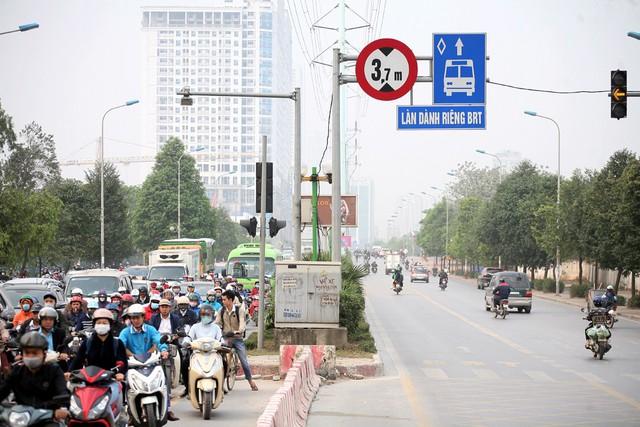 Tuyến buýt BRT 01 Yên Nghĩa - Kim Mã được đưa vào hoạt động cách đây 2 năm. Không thể phủ nhận những lợi ích và sự tiện lợi mà tuyến buýt mang lại, tuy nhiên không ít người do đặc thù công việc nên đã không có cơ hội sử dụng dịch vụ công cộng hàng ngày.