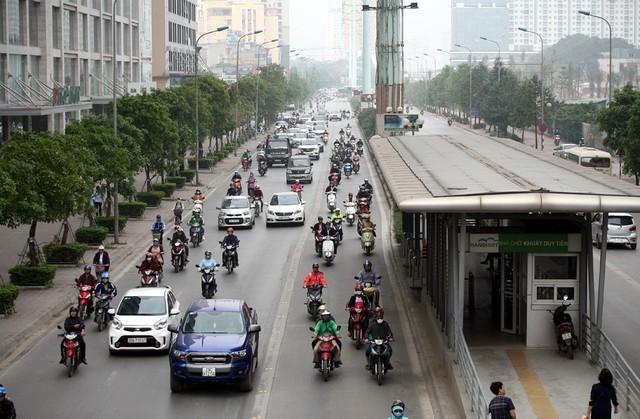 Tại nhà chờ Khuất Duy Tiến trên đường Tố Hữu giao thông có phần thông thoáng, dễ thở hơn.