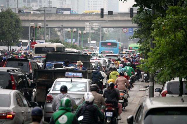 Theo ghi nhận, các phương tiện xe máy vẫn là sự lựa chọn tối ưu để người dân di chuyển phục vụ công việc. Rất nhiều người dân dù gia đình đã mua ô tô nhưng không sử dụng do đường thường xuyên ùn tắc, đặc thù di chuyển trong phố nhiều.
