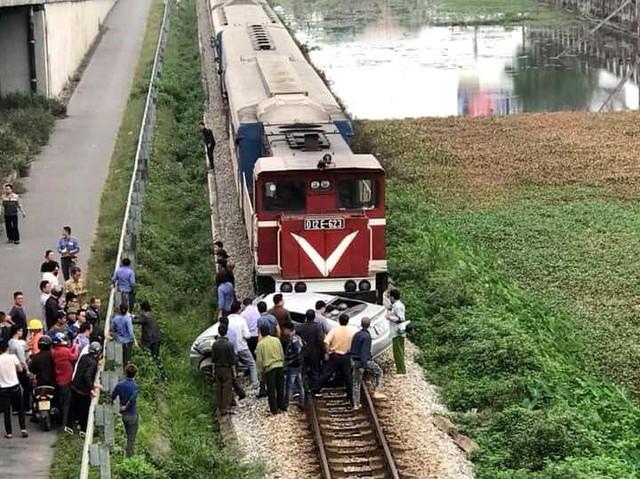 Do thiêu quan sát cho nên trong quá trình băng qua đường sắt, chiếc ô tô 5 chỗ đi dự lễ cưới về bị đoàn tàu đâm trúng