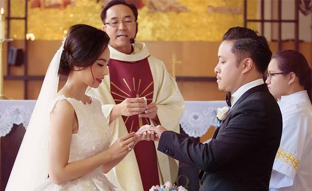 Ngày 12/3, Đinh Ngọc Diệp đăng tấm ảnh ghi lại khoảnh khắc nói lời thề nguyền với Victor Vũ ở nhà thờ kèm theo chú thích: 3 năm như ở thiên đàng, cảm ơn anh. Nhiều bạn bè tỏ ra ngưỡng mộ với cuộc hôn nhân viên mãn, hạnh phúc mà họ có được.