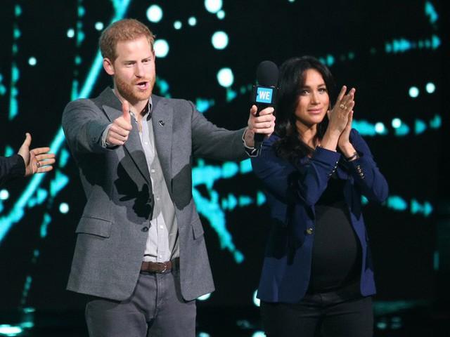 Hoàng tử Harry phát biểu trên sân khấu hôm 6/3.