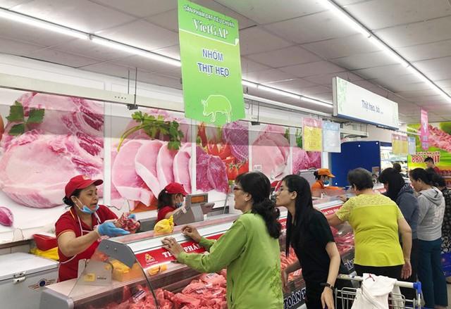 Lo ngại nguồn gốc heo, nhiều người dân đã đến siêu thị để mua thịt. Ảnh: T.T.