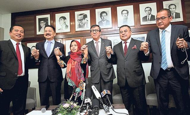 Siti Aysiah và các quan chức đại sứ quán Indonesia tại Malaysia ngày 11/3 họp báo sau khi cô được trả tự do. Ảnh: Bernama.