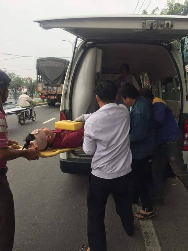 Nạn nhân được đưa đi cấp cứu