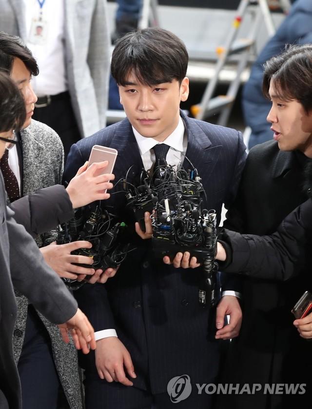 Seungri bị phóng viên dồn dập bao vây bởi những câu hỏi: Anh còn cho rằng mình vô tội nữa không?