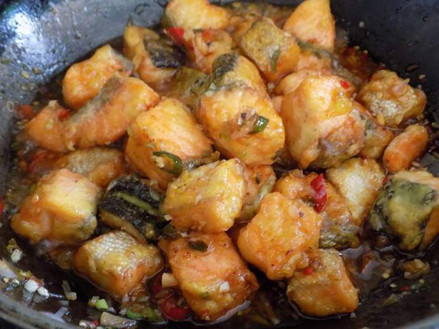 Trình bày: Rau cải luộc cho ra đĩa, cá hồi lúc lắc đổ lên trên là hoàn tất. Món này ăn với cơm chuẩn ngon như nhà hàng.