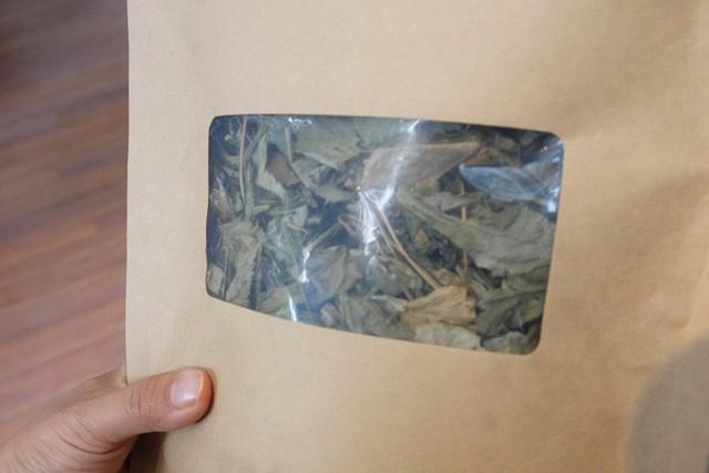 Ở mức giá mềm hơn, dịch chiết sâm Ngọc Linh có mức giá từ 600.000 đồng đến 1,2 triệu đồng (loại hộp 5 chai hoặc 10 chai). Mặc dù là loại thức uống giúp bồi bổ cơ thể, song theo nhân viên cửa hàng, vì sâm có tính hàn nên không dùng cho người đau bụng lạnh. Một số người có bệnh cao huyết áp hoặc phụ nữ có thai không được dùng. Không chỉ phần củ, mà lá cây sâm Ngọc Linh cũng được sấy khô dùng hãm nước uống. Một gói lá sâm 50g có giá 2 triệu đồng.