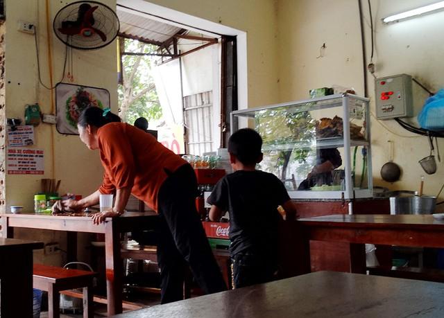 Theo quan sát, các quán ăn đều hoạt động với lượng khách vừa phải vào buổi trưa, đông hơn vào sáng sớm và chiều tối.