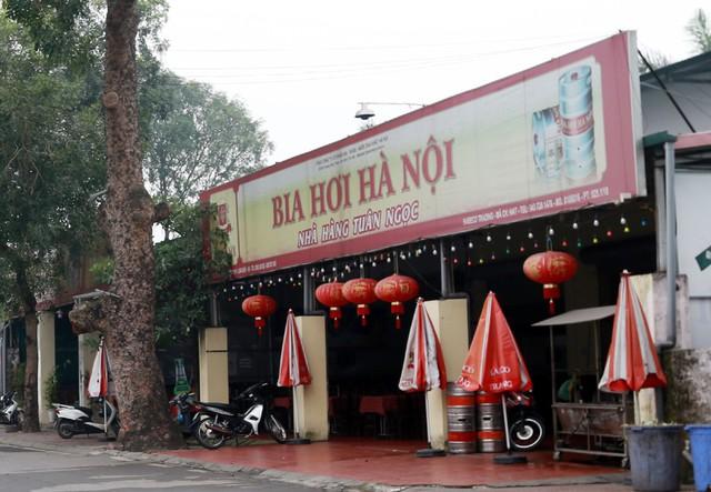 Phía cuối tuyến phố là nơi kinh doanh buôn bán của nhiều quán bia, quán nhậu.